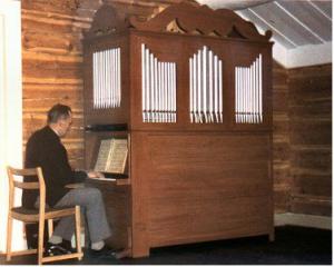 Olof Arnqvist spelar på orgeln